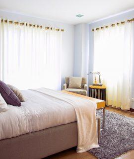 Rideaux dans une chambre à coucher moderne