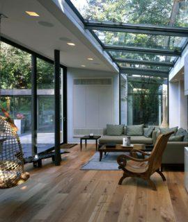 Une véranda moderne aménagée en salon ouvert