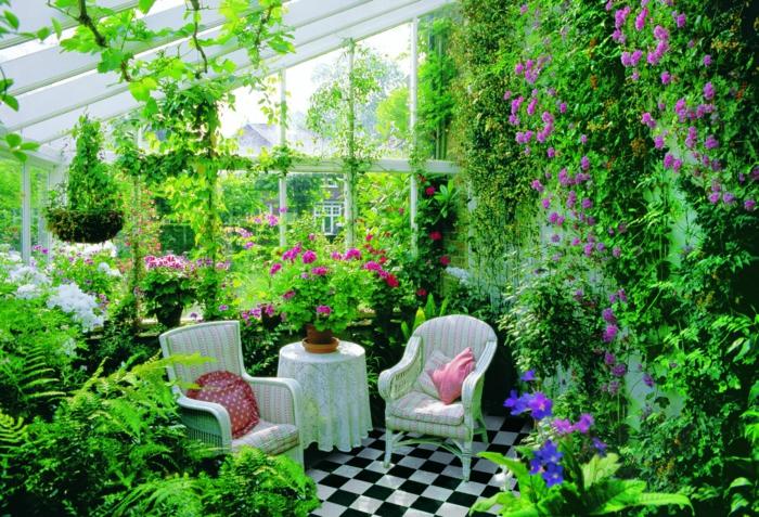 Un jardin luxuriant dans une véranda