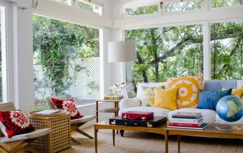 Un salon coloré installé dans une véranda