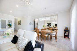 Meubles modernes dans un salon décoré façon home staging