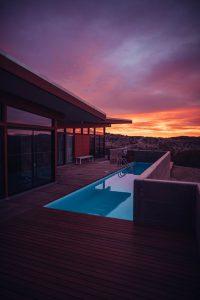 couloir de nage sur terrasse en bois au coucher du soleil