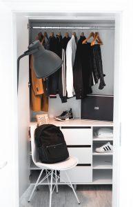 dressing avec penderie en hauteur et tiroirs en dessous et chaise posée devant