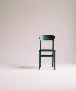 Chaise au milieu d'une pièce