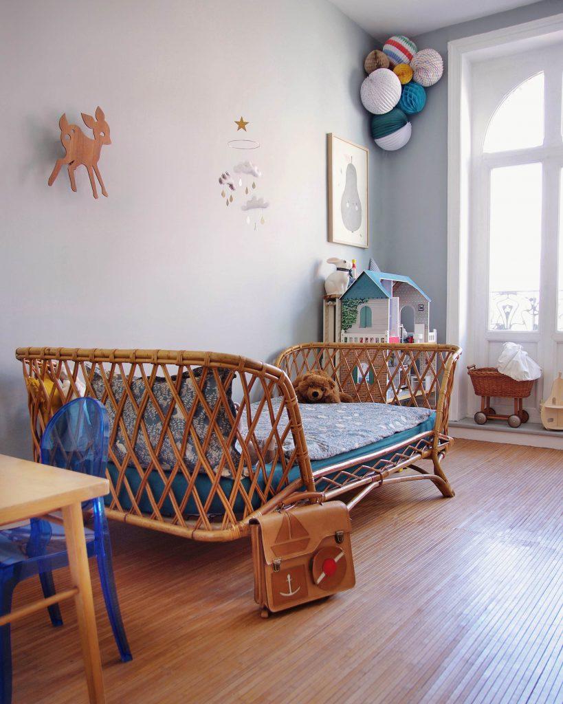 Un chambre d'enfant avec une déco en rotin
