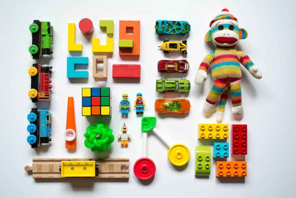Un flatlay de jouets multicolores