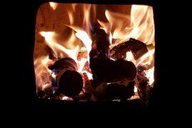Un feu de bois dans un foyer de poêle