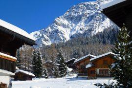 chalets enneigés à la montagne par beau temps